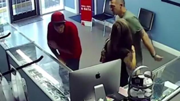 Telefoncuda sevgilisine bakan adamı pişman etti