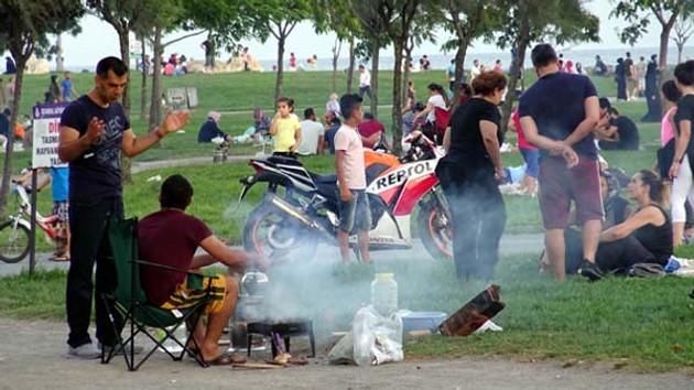 Piknikçilerin bıraktığı çöpler Avcılar sahilini mahvetti