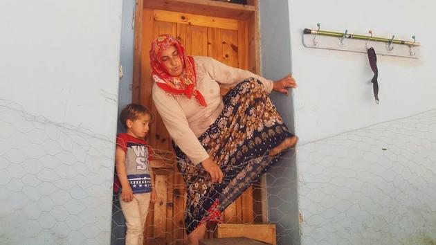 Oğluna kızıp evinin önüne tel örgü çekti! Giriş çıkış yasak