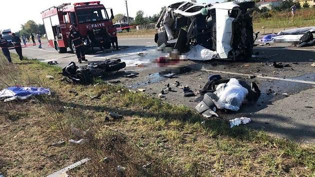 Son dakika: Otomobil motosikletli gruba girdi! Korkunç kazada 8 ölü var