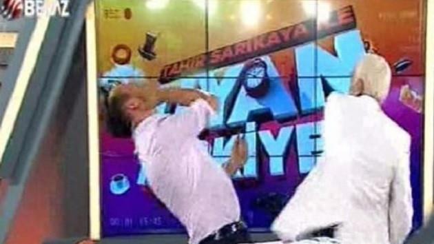 Beyaz TV sunucusu Tahir Sarıkaya canlı yayında kendini dövdürdü