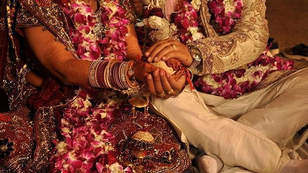 Eş vizesi almak için kardeşler birbirleriyle evlendi