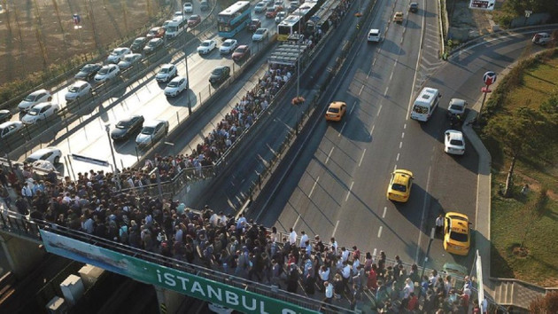Altunizade metrobüs durağında yine aşırı yoğunluk