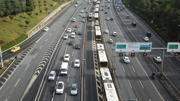 Aşırı hızlı Metrobüs duran metrobüse çarptı; 13 yaralı
