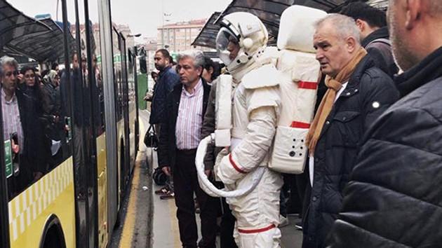 Metrobüs durağındaki astronotun sırrı çözüldü