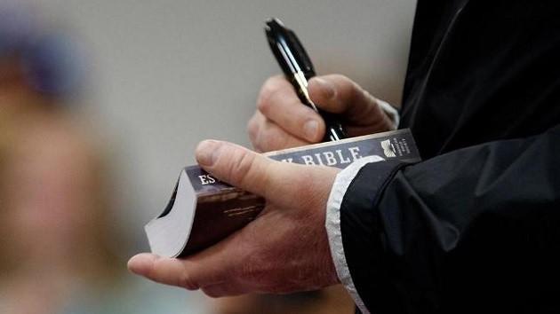 Donald Trump'ın İncil'i imzalaması tepkilere neden oldu