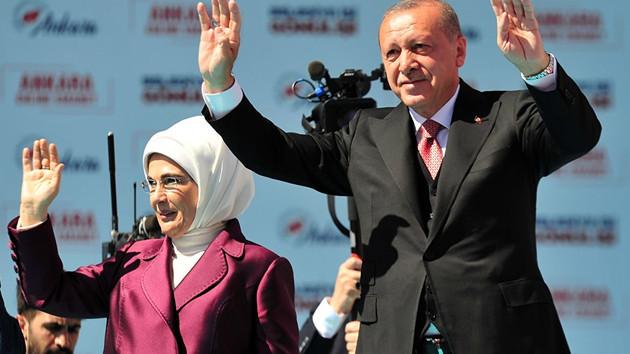 Cumhurbaşkanı Erdoğan Ankara mitinginde Kayahan'ın şarkısına eşlik etti