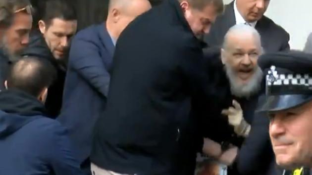 İngiliz polisi WikiLeaks'in kurucusu Julian Assange'ı gözaltına aldı