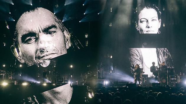 Massive Attack konserinde Tuğba Günal ve Birhan Erkutlu'nun fotoğraflarına yer verdi