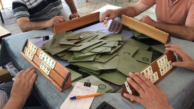 AK Partili görevliler sandığı terk edip okey oynamaya gitmiş