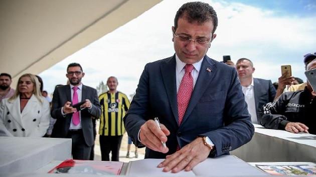 İmamoğlu Denktaş'ın mezarında defteri İBB Başkanı sıfatıyla imzaladı