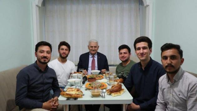 Binali Yıldırım öğrencilerle iftar açtı: Kankalarımla beraberiz