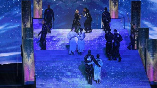 İsrail'deki Eurovision finaline Madonna Filistin bayrağıyla damga vurdu