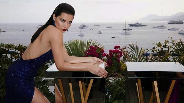 Adriana Lima dekolteli elbiseye sığamadı, fazla kilolarıyla dikkat çekti