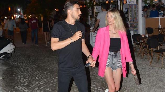 Milli futbolcu İrfan Kahveci kız arkadaşı ile Çeşme'de