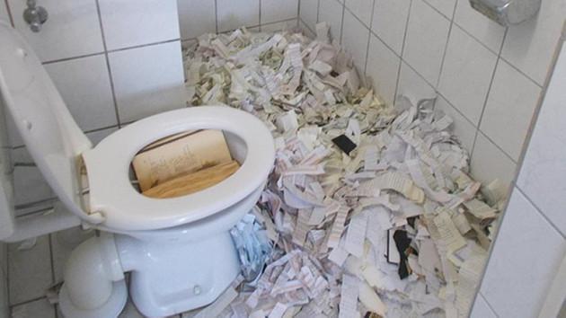 Almanya'da camiye çirkin saldırı: Kuran'ı yırtıp tuvalete attılar