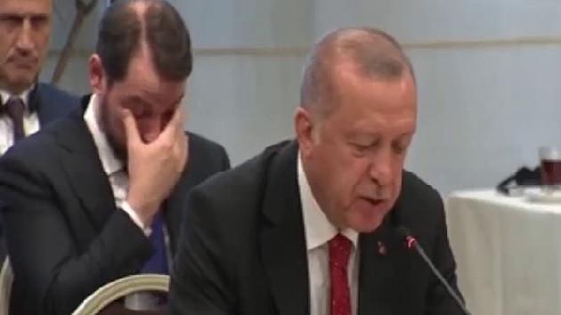 Erdoğan konuşurken Berat Albayrak böyle uyukladı
