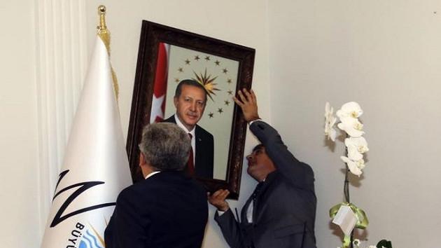 Kayyumun ilk işi Erdoğan'ın fotoğrafını asmak oldu