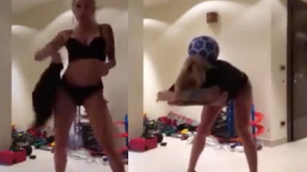 Rizesporlu Moroziuk'un eşi Irina topu düşürmeden elbisesini çıkardı