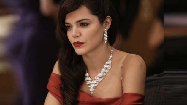 Çukurova'nın Züleyha'sı kırmızı seksi elbisesiyle yıktı geçti!
