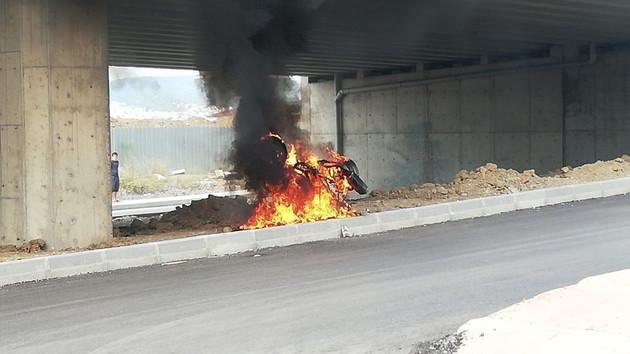 Gölcük'te şaşırtan olay: Motosikletine kızıp yaktı!