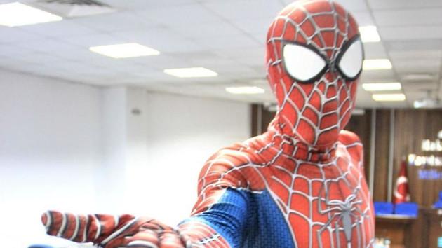 Düğünde Roman havası oynayan Spiderman konuştu
