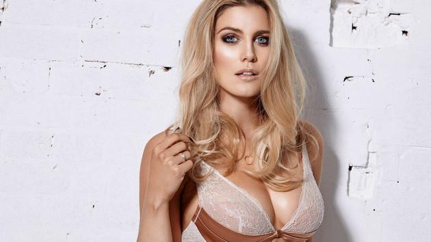 Ashley James büyük göğüsleri olduğu için ceza almış