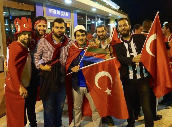 Fransa'daki Türk taraftarlar galibiyeti coşkuyla kutladı