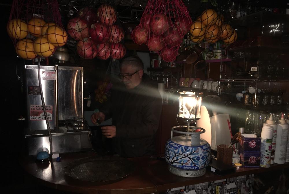 Asmalımescit'te 36 saattir devam eden elektrik kesintisi isyan ettirdi