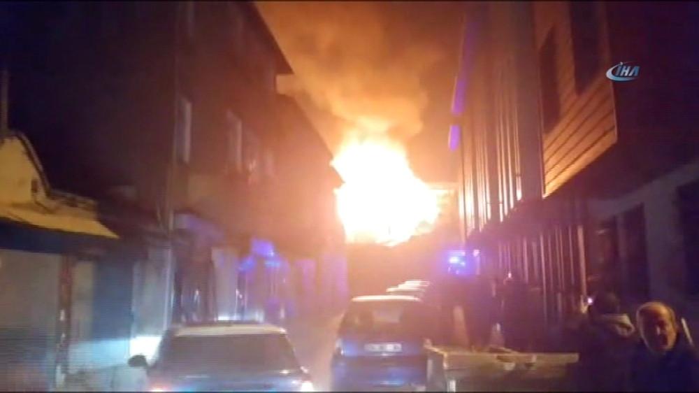 Balat'ta bina yangını panik yarattı