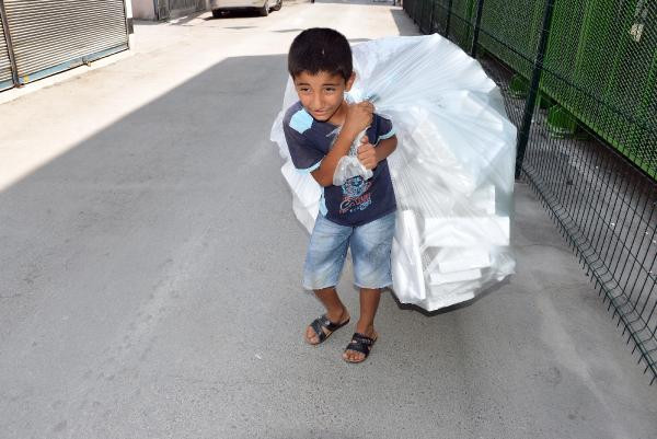 Henüz 11 yaşında, 50 derecede çöp topluyor!