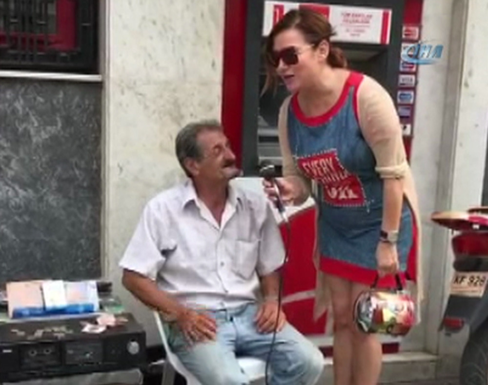 Deniz Seki sokak müzisyeniyle düet yaptı