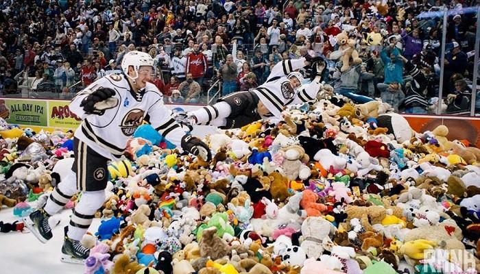 Sahaya 34 binden fazla oyuncak ayı yağdı