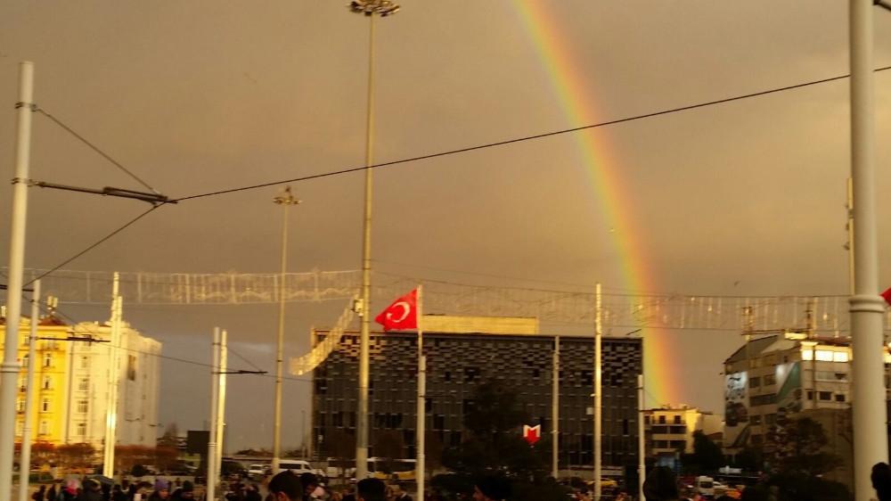 Taksim'de eşsiz gökkuşağı manzarası