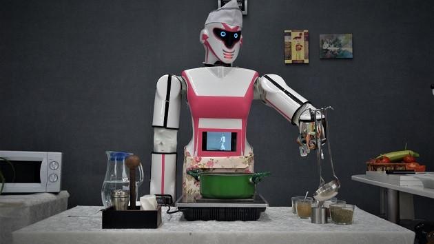 Erik Dalı oynayan, çay demleyen robot