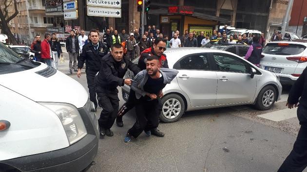 Sokak ortasında polise bıçak çektiler