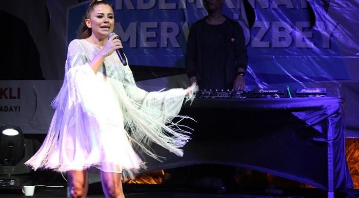 Merve Özbey'den Kocaeli'de muhteşem konser