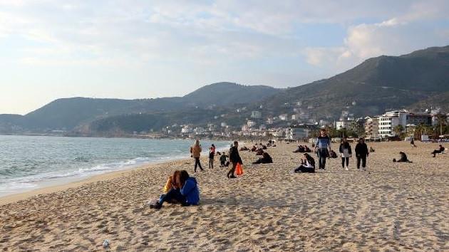Alanya'da güneşi görenler sahile koştu