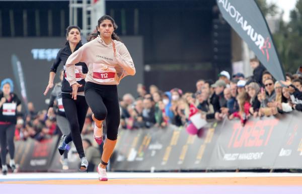 Kadınlar yüksek topuklu ayakkabılarla yarıştı: En kısası 7 santim