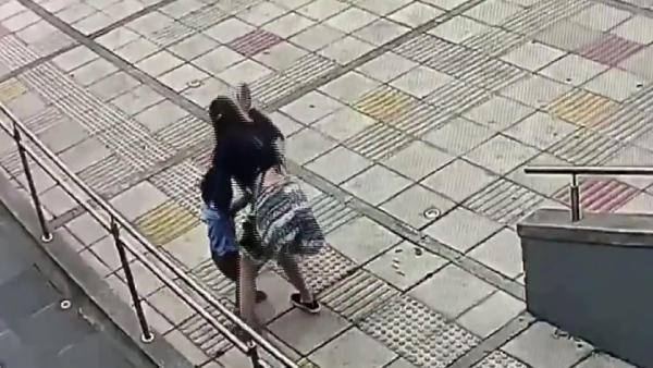 Halası dövdü; annesi bu bir disiplin yöntemi dedi