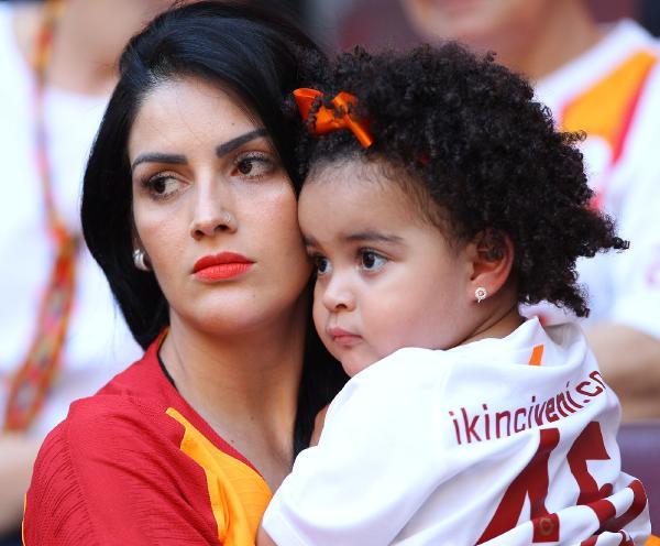 Galatasaray taraftarı TFF'yi protesto etti, A Spor yayını kesip reklama gitti