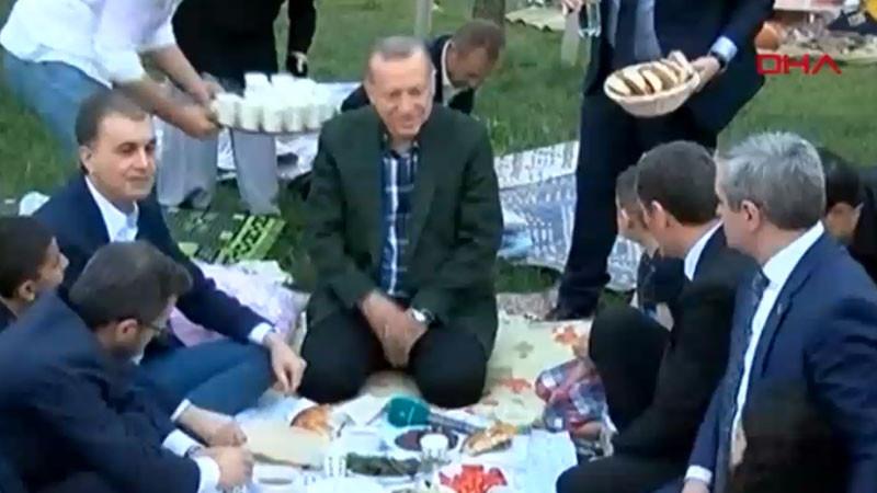 Erdoğan Zeytinburnu sahilinde vatandaşlarla yer sofrasında iftar yaptı