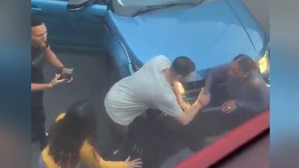 Londra'da dehşet anları: Bir kadın iki aracın arasına sıkıştı