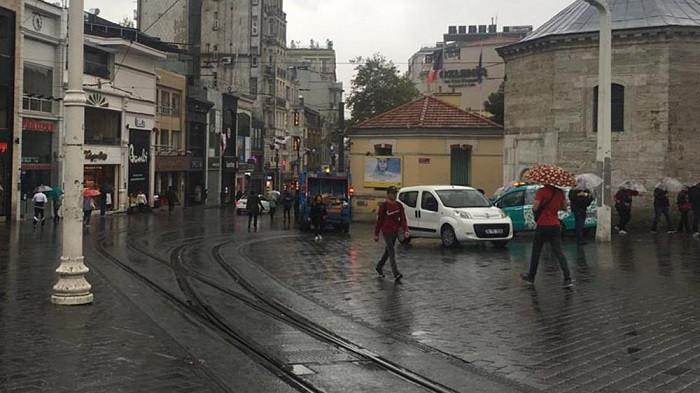 Kara bulutlar çöktü.. İstanbul'da beklenen yağış başladı