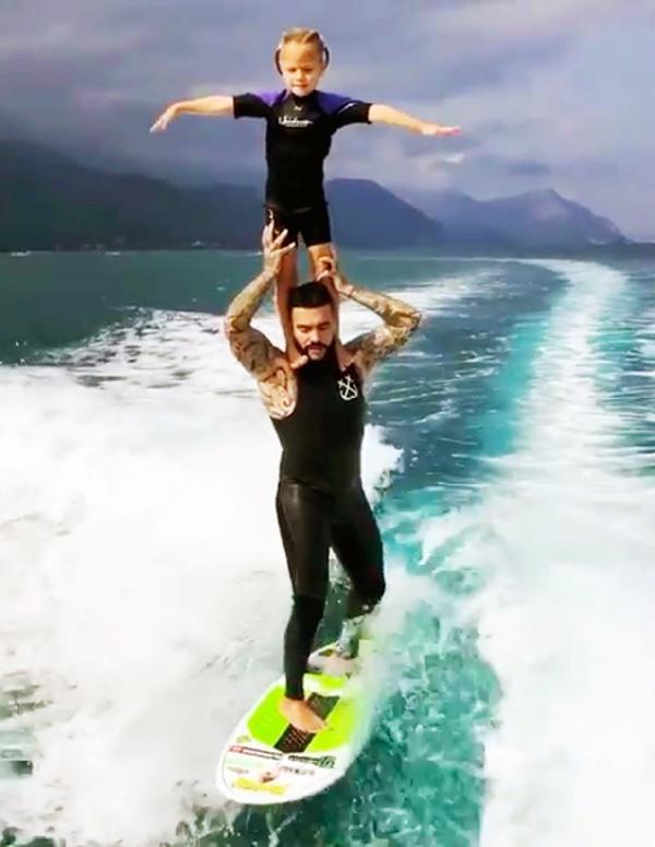 Rus şarkıcı Timati 5 yaşındaki kızıyla dalga sörfü yaptı
