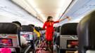 Hostesler uçakta neden ellerini arkasında tutar?