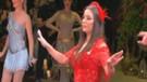 Merve Özbey'in çok konuşulan kına dansı performansı