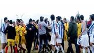 Maçta kavga çıktı!!! Anne tel örgülerden atlayıp sahaya girdi!!! FOTO/HABER