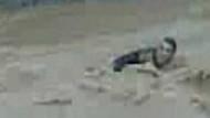 Ölüme çığlık çığlığa gitmek! Genç adam sele böyle kapıldı! VİDEO