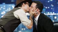 Johnny Depp erkek sunucuyu dudağından öptü!